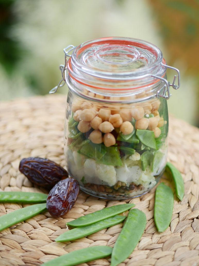 Salat im Glas mit Blumenkohl, Kichererbsen und Zuckerschoten