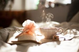 Tasse Tee und Buch zum Entspannen