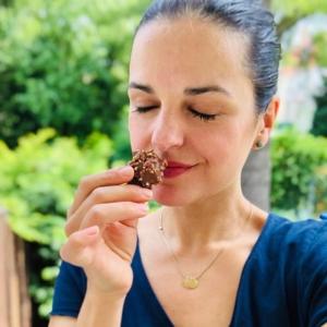 Frau isst achtsam Schokolade